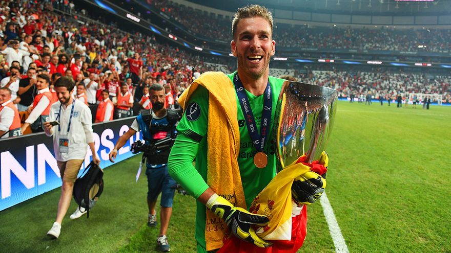 Adrián San Miguel, con el trofeo de la Supercopa de Europa