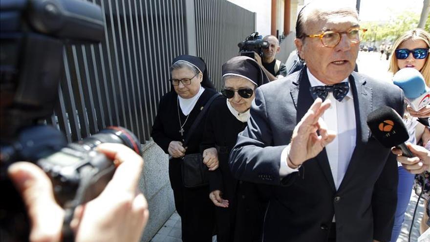 Afectados por el robo de bebés se encaran con la exdirectora de la Casa Cuna de Valencia
