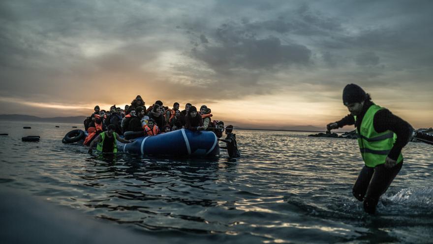 Cada día llegan a las costas de la pequeña isla de Lesbos (Grecia) botes con unas 50 personas refugiadas o migrantes procedentes de Turquía que huyen de la guerra o de la pobreza. Tras pagar a los traficantes cantidades que rondan los 1.000 euros por persona (800 euros si son más de 60 o si hace mal tiempo), arriesgan su vida en un peligroso viaje sin garantías. Salen con salvavidas de dudosa calidad, sin ninguna noción de conducción, muchas veces de noche y en condiciones meteorológicas adversas. © Pablo Tosco/Oxfam Intermón