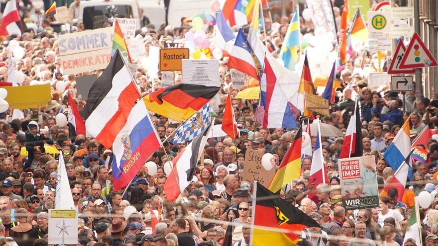 La policía de Berlín disuelve una marcha contra las restricciones por la COVID-19