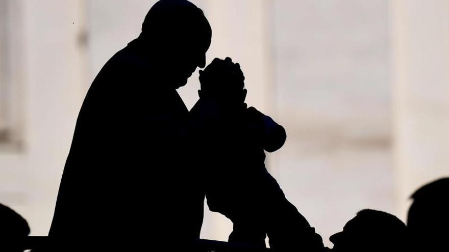 El papa Francisco besa la frente de un bebé alzado por su padre, este miércoles, al término de su audiencia general en la plaza de San Pedro de Ciudad del Vaticano (Vaticano).