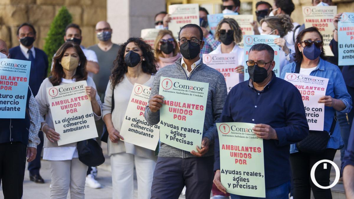 Protesta de vendedores ambulantes a las puertas del ayuntamiento.