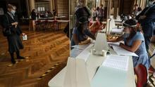Las elecciones municipales francesas se desarollan con medidas sanitarias por la COVID-19.