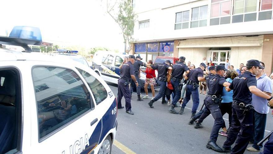 Ambiente de tensión en los alrededores de los juzgados de Puerto del Rosario, Fuerteventura. (EFE/Carlos de Saá)