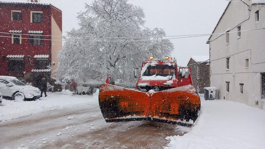 Una imagen quitanieves retira la nieve en una localidad de Castelló