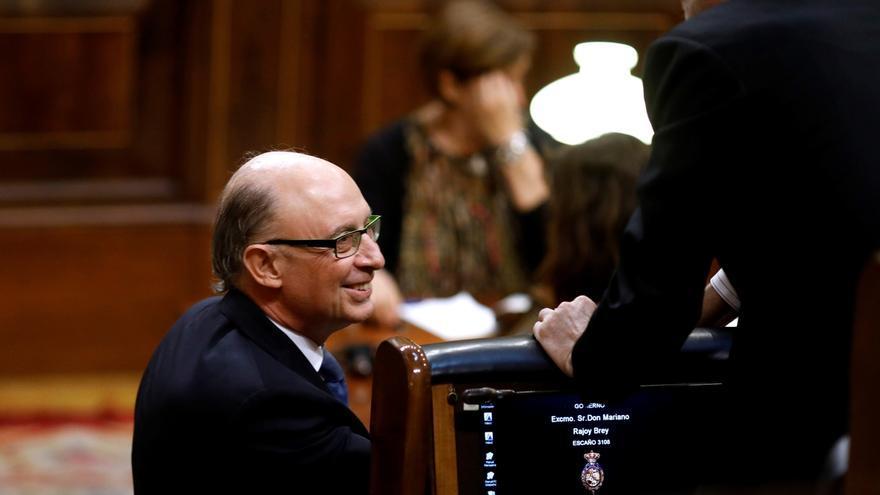 El PSOE pregunta si Montoro hizo gestiones en el contrato que investiga Anticorrupción de su antiguo despacho