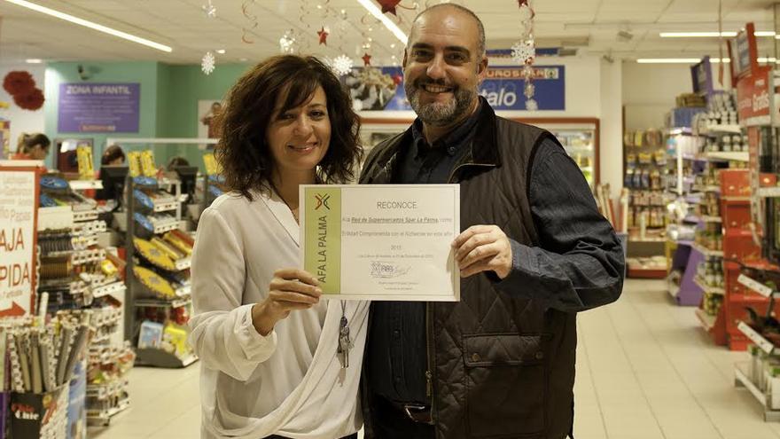 La representante de AFA La Palma con el Alexis Martín, responsable de Marketing de Spar La Palma.