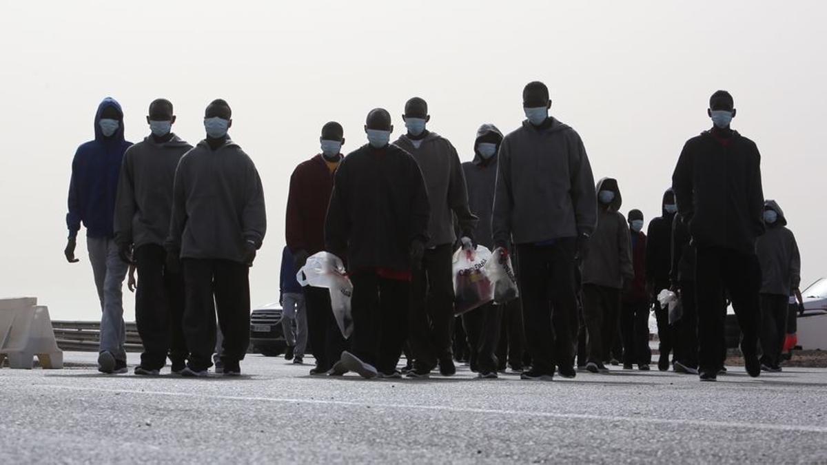 Un grupo de migrantes tras llegar en patera al sur de Gran Canaria.