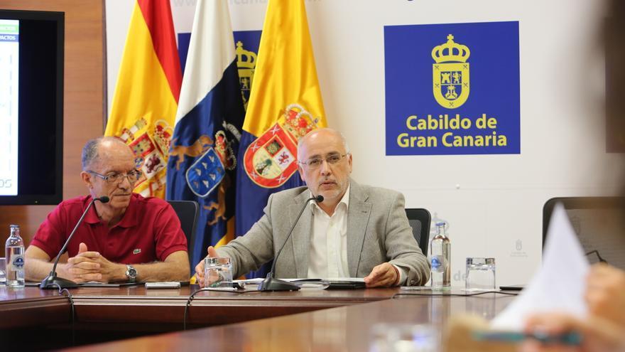 El catedrático de ingeniería mecánica de la Universidad de Las Palmas de Gran Canaria, Roque Calero, junto al presidente del Cabildo grancanario, Antonio Morales.