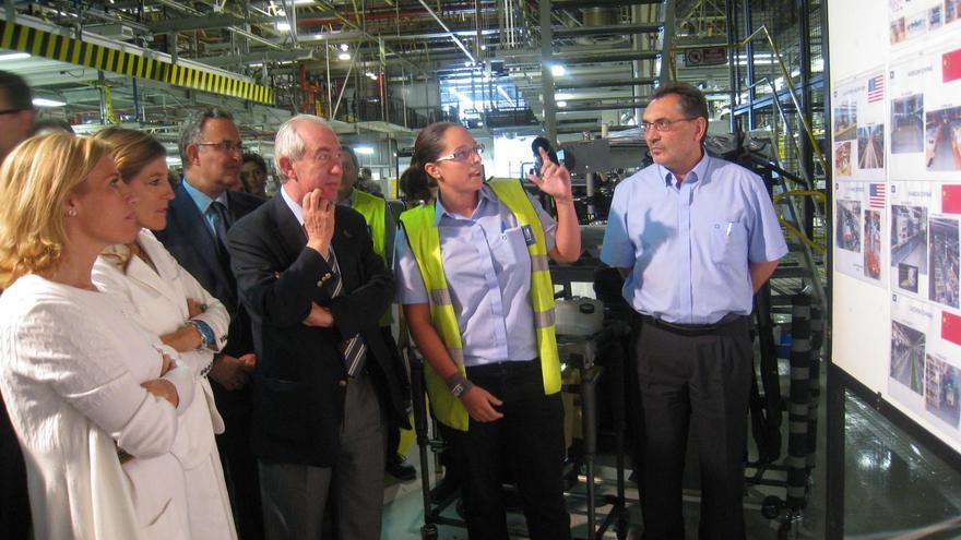 El consejero de Economía, Francisco Bono, en una visita a la planta de GM España.