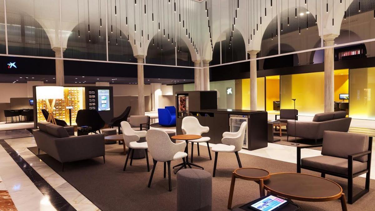 Interior de una oficina Store de CaixaBank.