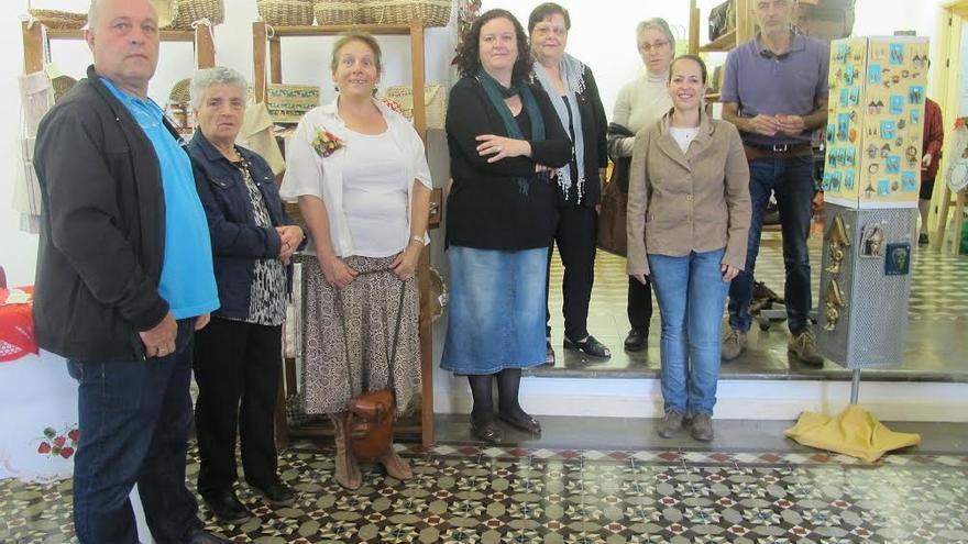 La consejera de Artesanía del Cabildo de La Palma, Susana Machín (derecha), con varios artesanos, en la Sala O'Daly de la capital.