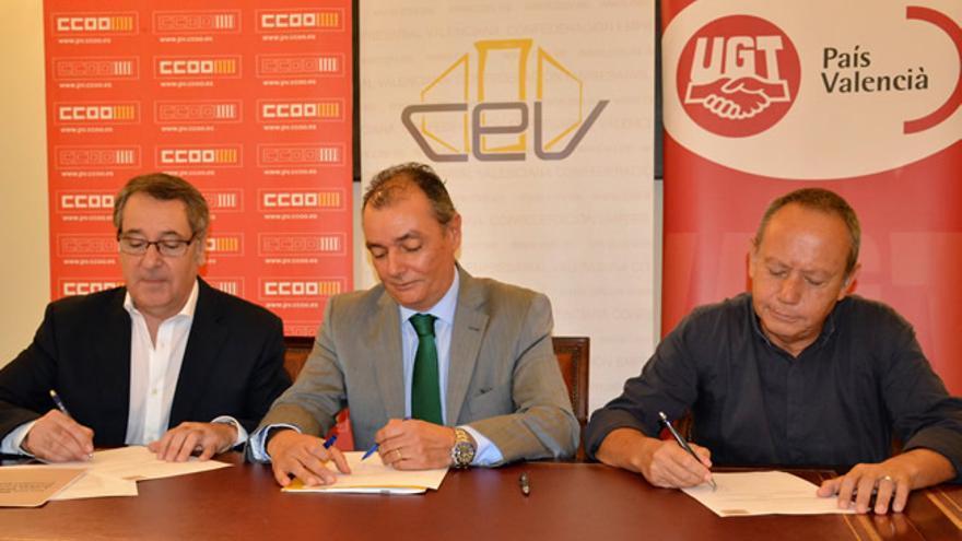 Arturo León (i), Salvador Navarro (c) e Ismel Sáez (d), en la firma del manifiesto.