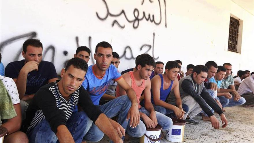 Varios refugiados esperan en Italia
