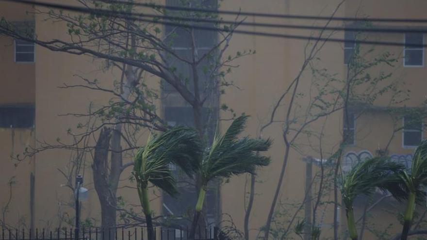 Los vientos de María se calman tras tocar tierra pero el peligro se mantiene