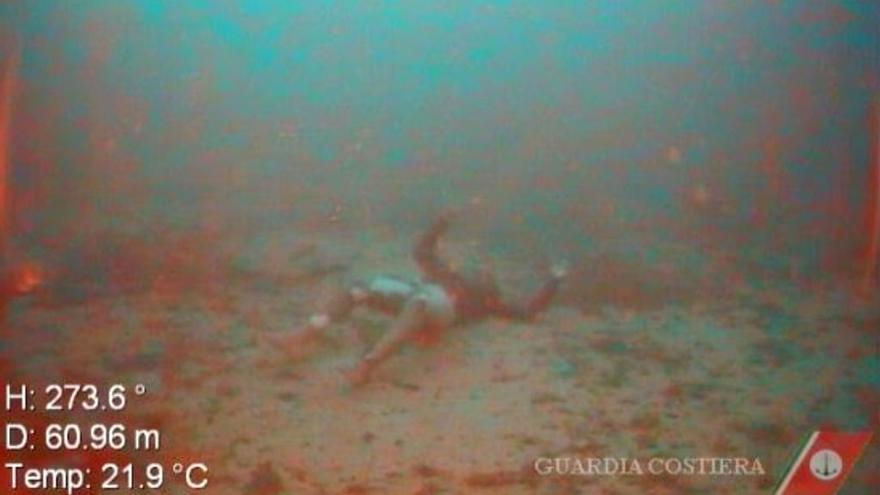 Captura de un vídeo realizado por los buzos de la Guardia Costera de Italia tras localizar cuerpos sin vida del naufragio en Lampedusa ocurrido el pasado 7 de octubre.