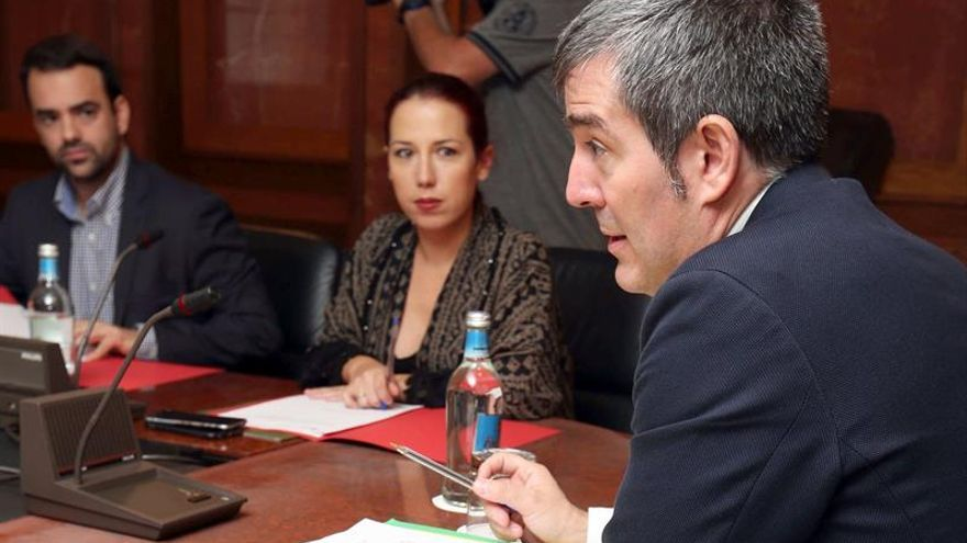 El presidente del Gobierno de Canarias, Fernando Clavijo (d), la vicepresidenta, Patricia Hernández (c), y el consejero de Presidencia, Aarón Afonso (i). (EFE/Elvira Urquijo A.).