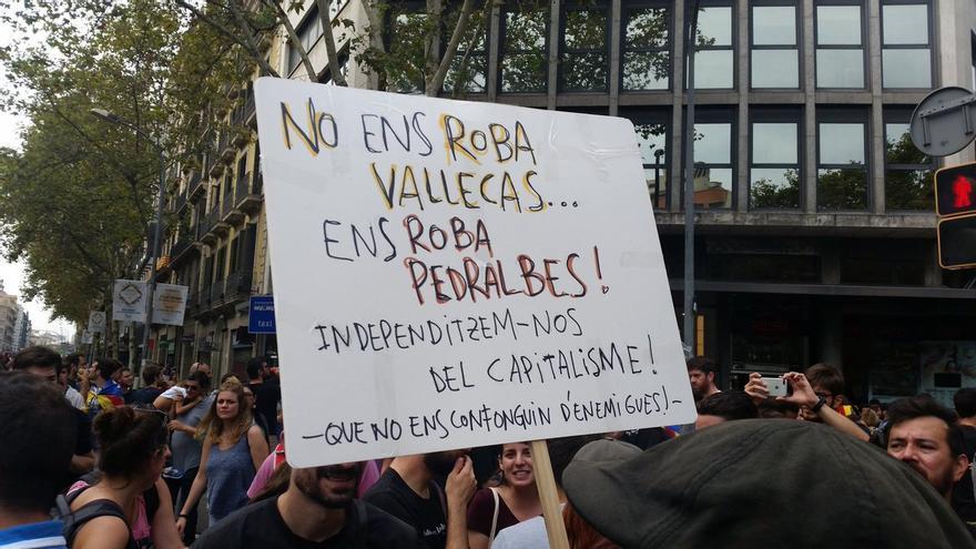 """""""No nos roba Vallecas, nos roba Pedralbes. ¡Independicémonos del capitalismo! Que no nos confundan de enemigo."""""""