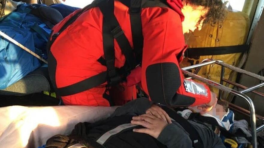 El helicóptero del Gobierno de Cantabria rescata a un niño de 12 años caído en una zona acantilada de una playa de Noja