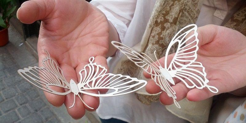 Dos de las 2.000 mariposas que colgarán en el espacio de Malasaña Market