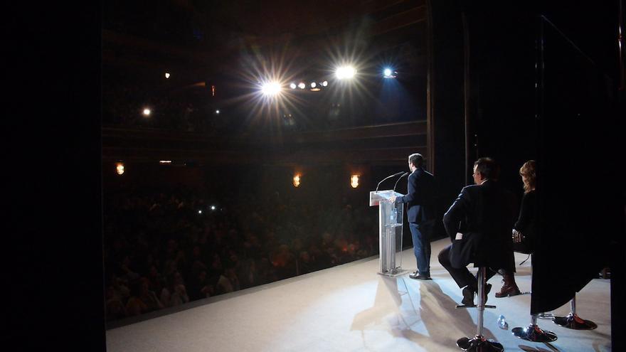 Alberto Garzón visto desde la parte de atrás del escenario