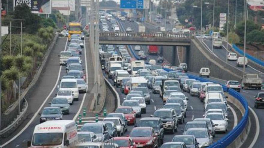 Imagen de archivo con tráfico colapsado en la zona de Los Rodeos, en La Laguna