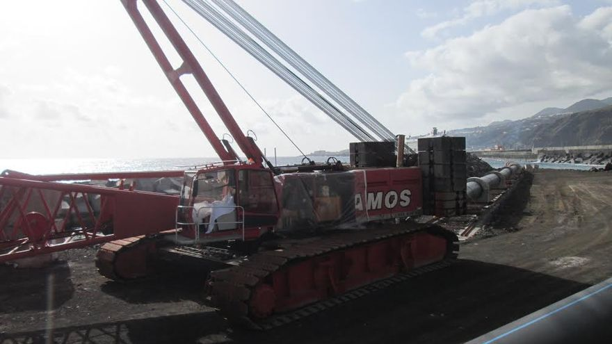 En la imagen, este jueves, sin actividad, la obra en el frente marítimo de Santa Cruz de La Palma.