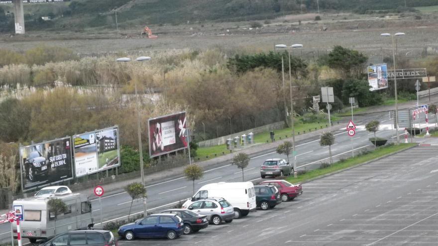 Imagen del solar donde se proyectan las viviendas en Zierbena, con el puente de la autopista A-8 al fondo.