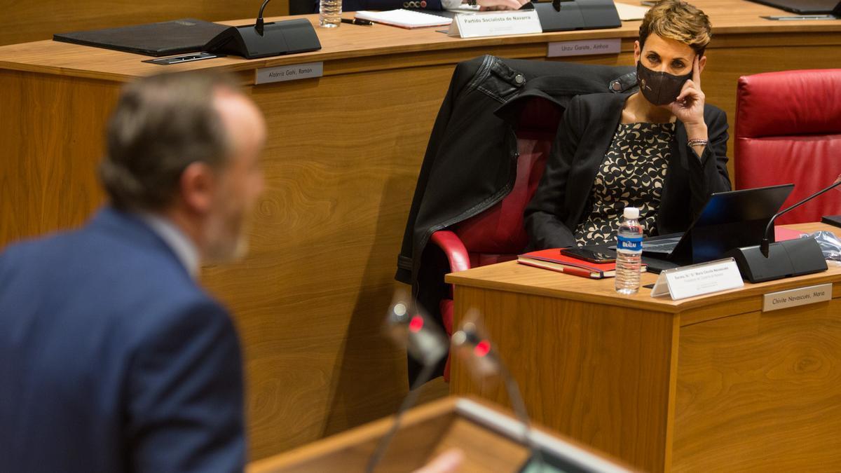 María Chivite sigue una intervención de Javier Esparza (Navarra Suma) en Parlamento foral