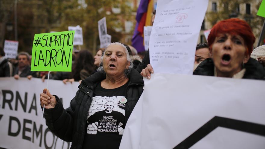 Una mujer en la concentración de Madrid contra la rectificación del Supremo sobre el impuesto de las hipotecas / Olmo Calvo