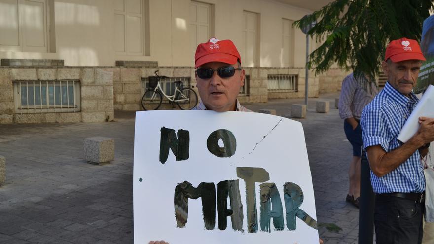 Una de las pancartas que muestran los concentrados frente a la clínica