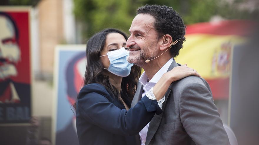 La presidenta de Ciudadanos, Inés Arrimadas, y el candidato del partido a la Presidencia de la Comunidad de Madrid, Edmundo Bal, durante un acto electoral en la Plaza del Dos de Mayo de Madrid.