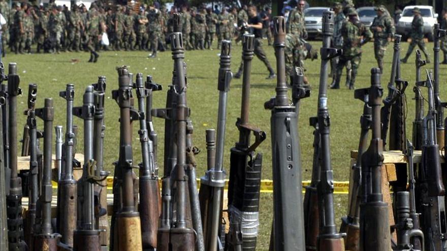 Detienen a siete militares en Colombia acusados de vender armas a las FARC