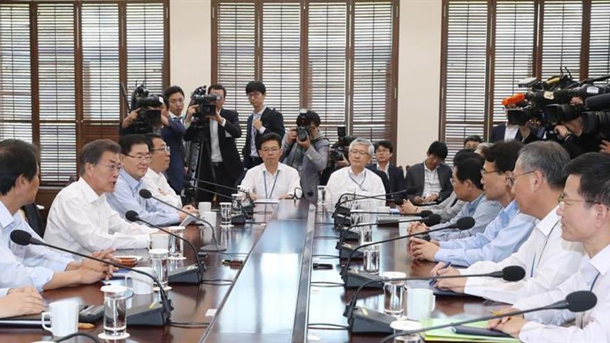Cae la popularidad del presidente surcoreano tras dar ayuda humanitaria al Norte