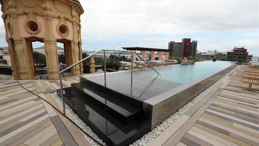 Piscina de la terraza superior del Hotel Santa Catalina de Las Palmas de Gran Canaria.