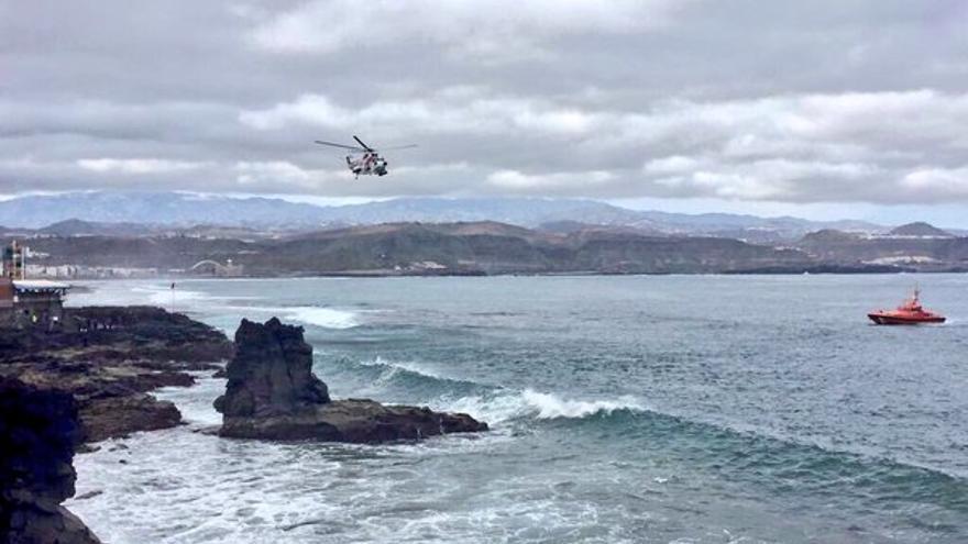 Un amplio dispositivo trata de rescatar a un hombre al que vieron caer al mar en La Puntilla (Foto: @PoliciaLPA)