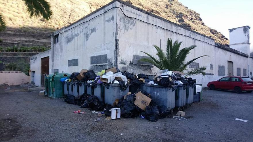 Contenedores llenos de basura en el barrio del Puerto de Tazacorte.