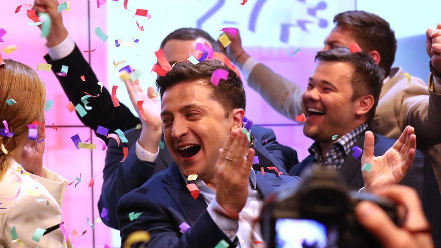 Volodymyr Zelensky celebra la victoria tras las elecciones del domingo.