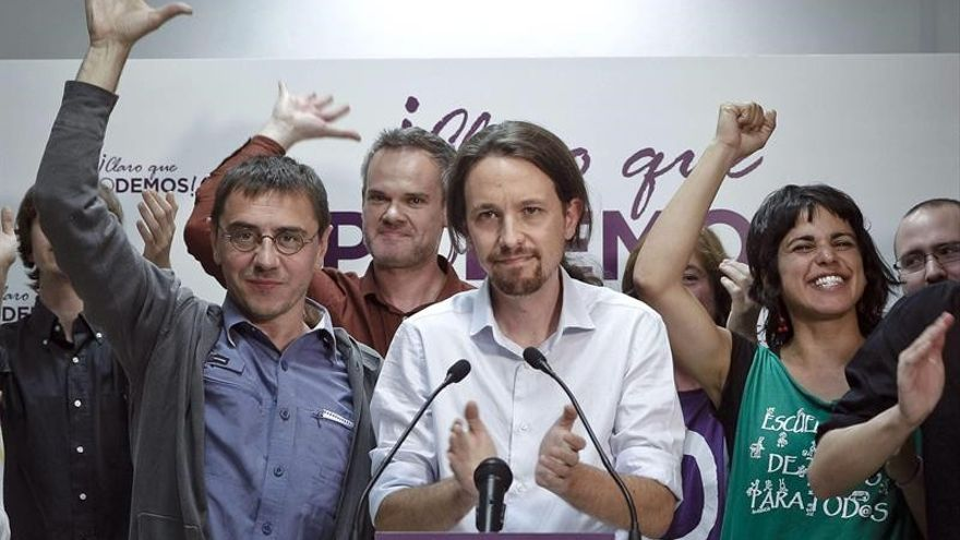 Pablo Iglesias, Juan Carlos Monedero y Teresa Rodríguez, de Podemos, celebran sus cinco escaños