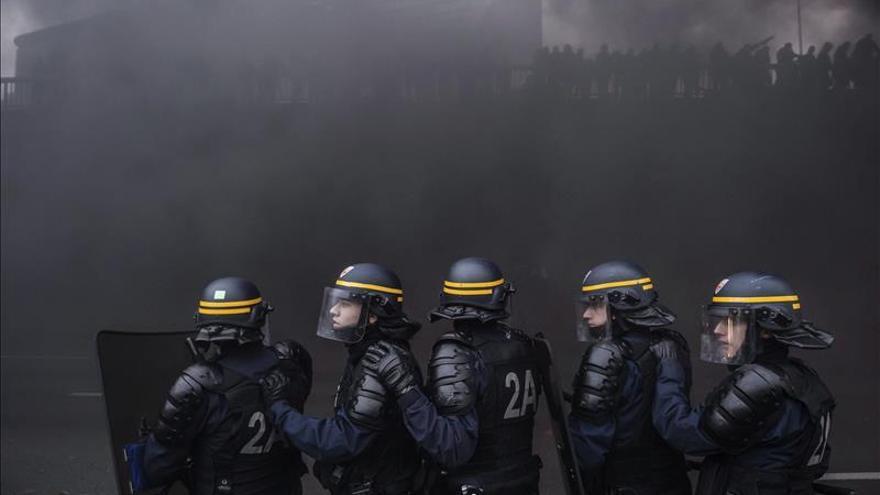 Policías antidisturbios se enfrentan a taxistas galos y de otros países europeos que intentan bloquear el tráfico en hora punta en París (Francia) hoy, 26 de enero de 2016, durante una manifestación contra la plataforma Uber.