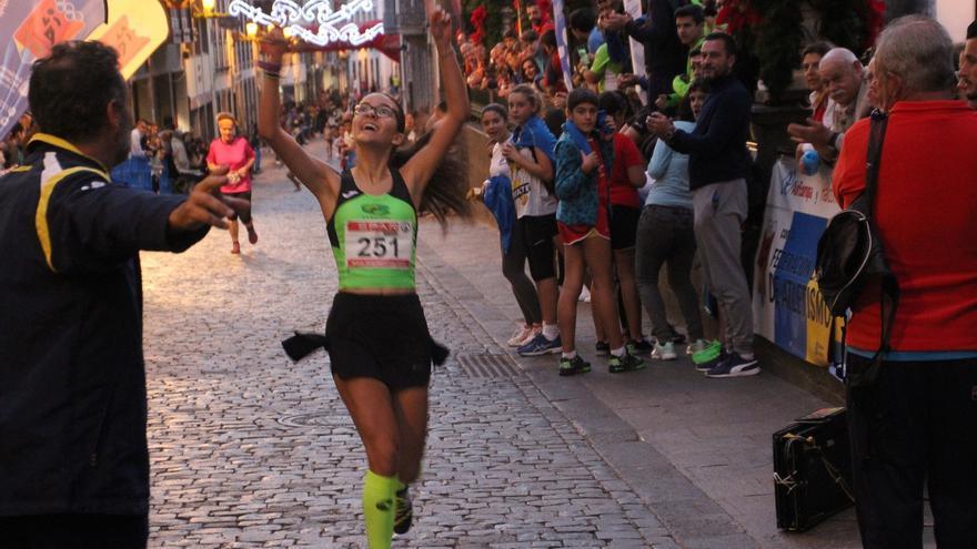 Una corredora por la Calle Real. Foto: JOSÉ AYUT.