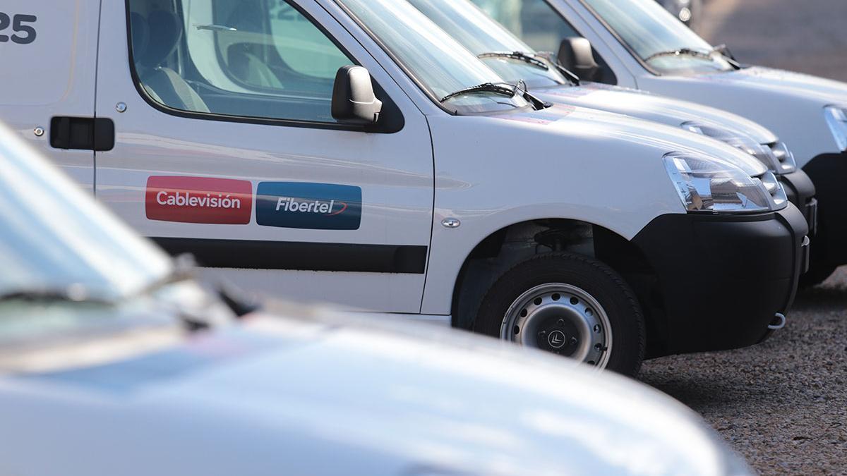 Camionetas de Cablevisión y Fibertel, empresas líderes de TV paga e internet en Argentina, ambas del Grupo Telecom/Clarín