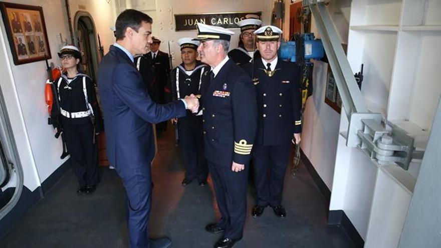 El presidente del Gobierno, Pedro Sánchez, a su llegada al portaeronaves Juan Carlos I para el mensaje navideño a las tropas.