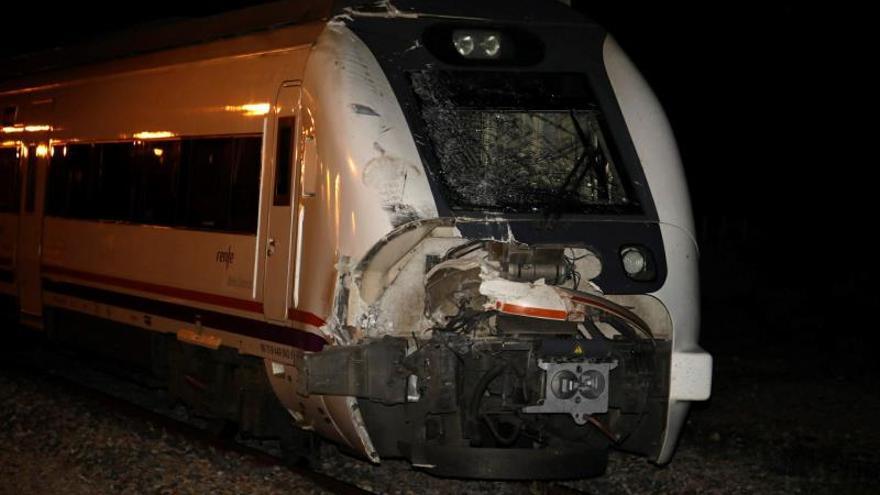 Siete heridos al chocar un tren contra el remolque de un camión en Córdoba