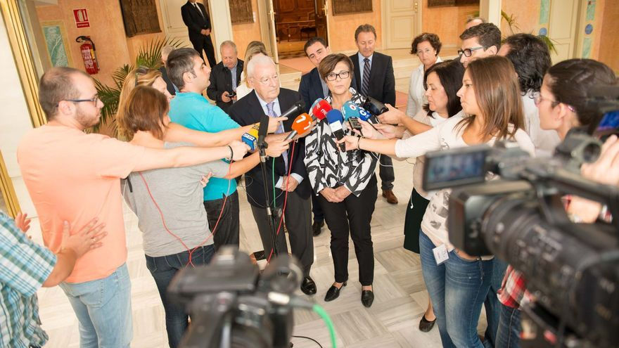 Rosa Peñalver atiende a los medios en la Asamblea Regional de Murcia