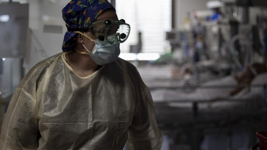 Una trabajadora de la limpieza durante su jornada laboral en la Unidad de Cuidados Intensivos (UCI)