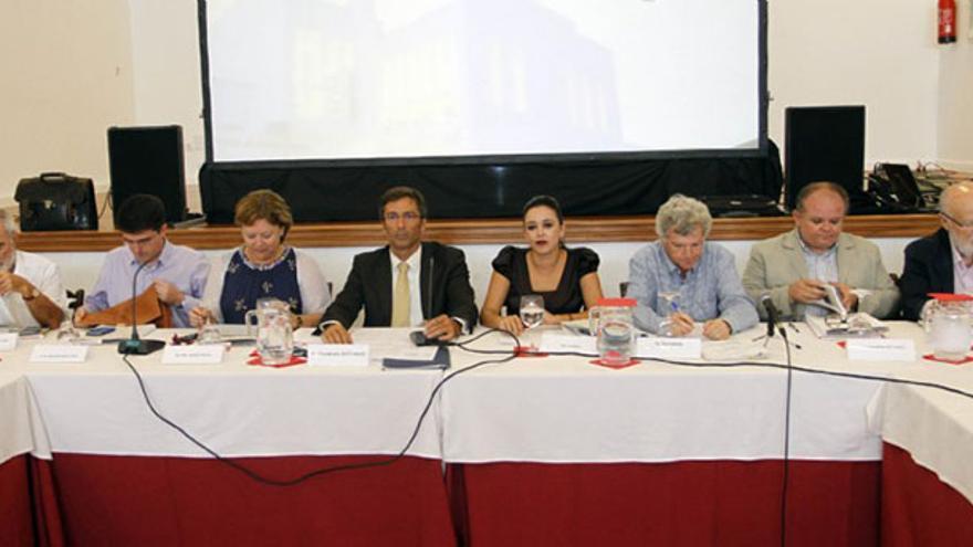 Consejo de la Biosfera, en 2014, con González Viéitez (primero por la izqda.) y Martín Pallín (primero por la dcha). (Diario de Lanzarote).
