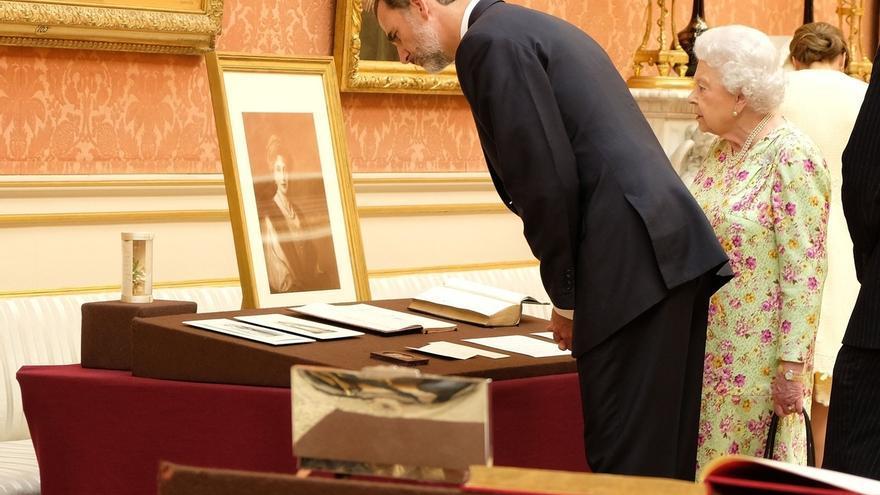 Los Reyes regalan a Isabel II facsímiles de postales de Alfonso XIII, Victoria Eugenia y del Libro de Horas de Felipe II