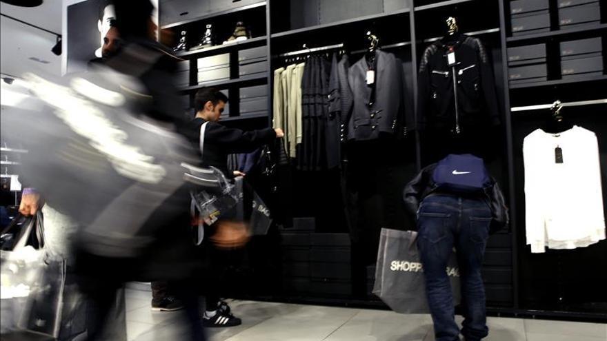 La confianza de los consumidores mejora en diciembre en la UE y se mantiene en la eurozona