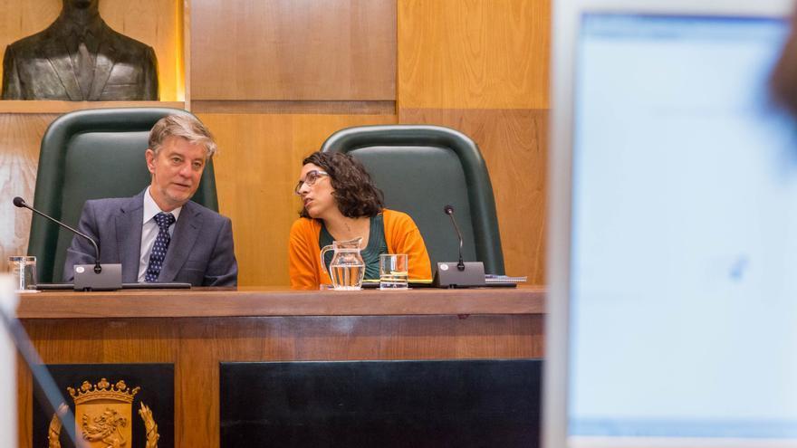La concejala delegada de Policía Local, Elena Giner, y el alcalde de Zaragoza en un pleno municipal.